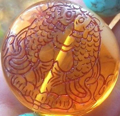 Золотые рыбки и лотос - бусина янтарная