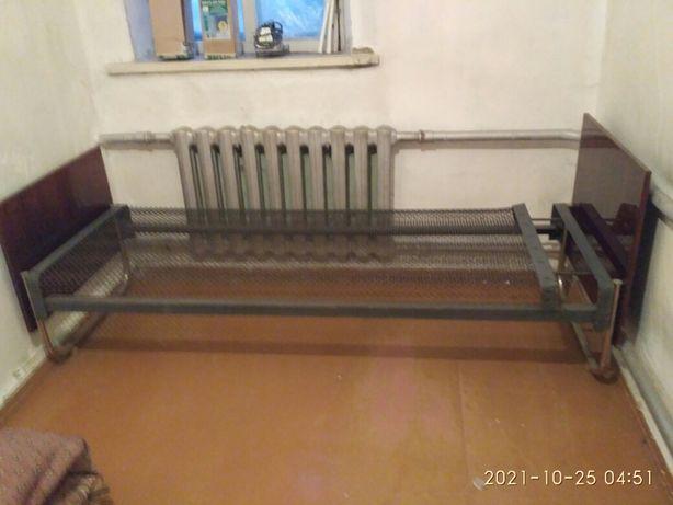 Кровать с металлической сеткой