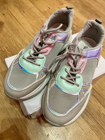 Сиви маратонки с цветни детайли