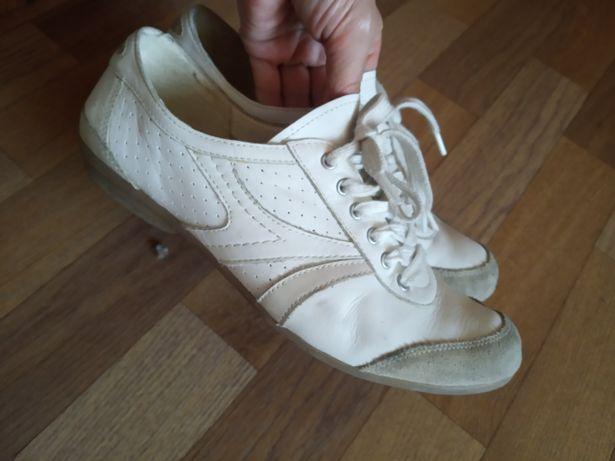 Adidași tip pantofi din piele foarte moale