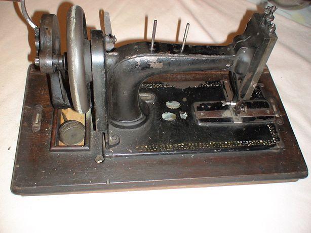 Masina de cusut de colectie veche de peste 150 de ani