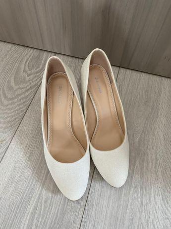 Pantofi albi cu sclipici discret, stiletto