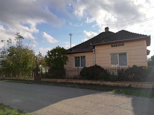Vând casa 3 camere cu anexe și curte