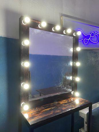 Гримерное зеркало с лампами и столом