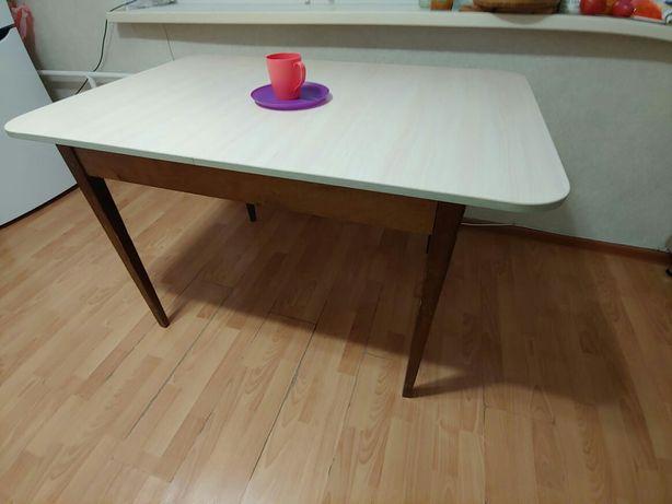Стол обеденный в хорошем состоянии.