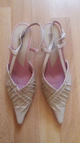 Бежови обувки с отворена пета и нисък ток