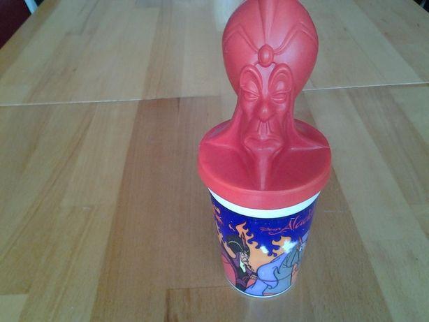 Regele din povestea cu Aladdin, pahar cu pai