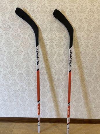 Продам две хоккейные клюшки с шайбой в отличном состоянии в связи с пе