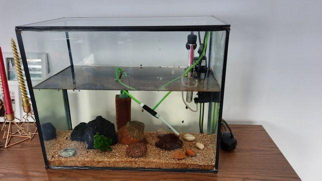 Vand acvariu din sticla, cu accesorii incluse.