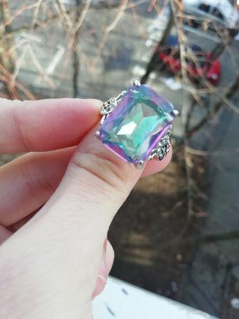 Inel cu piatră cameleonică, mărimea 8 (nu e aur, nu e argint)