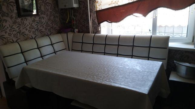Кухонный  стол 4 табуретки