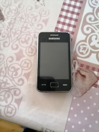 Телефон Samsung с зарядно