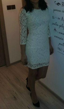 Vand rochie, mărime universală, purtată o singură dată.