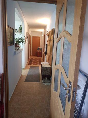 Apartament cu 3 camere decomandat, însorit și luminos.