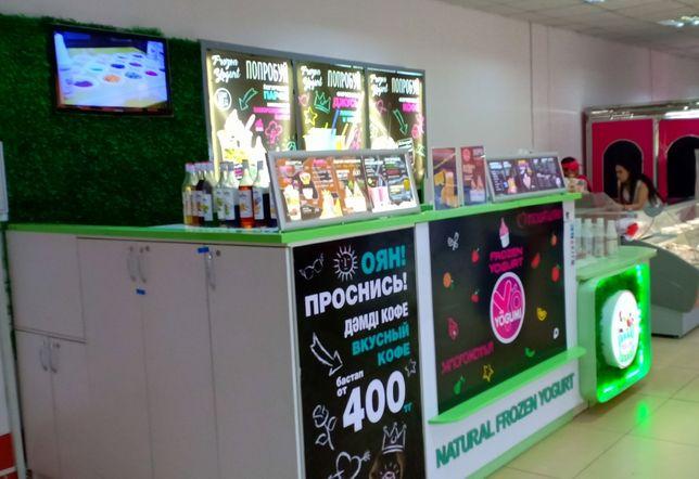 Островок и оборудование для производства и продажи мороженного.