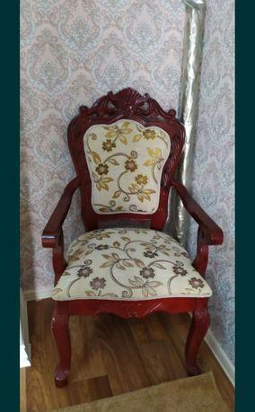 Стол в гостиную комнату