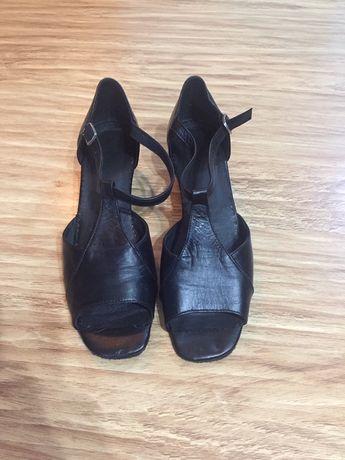 Sandale de dans , din piele ,cu piele întoarsă pe talpa.