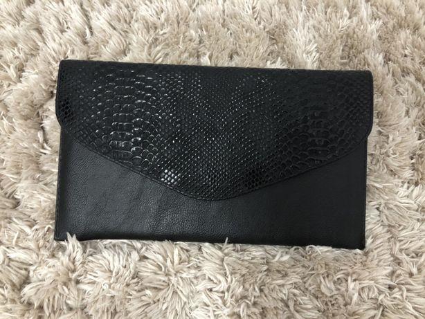 Vând geanta plic neagră . Foarte puțin folosită . Dimensiune 30x17 cm