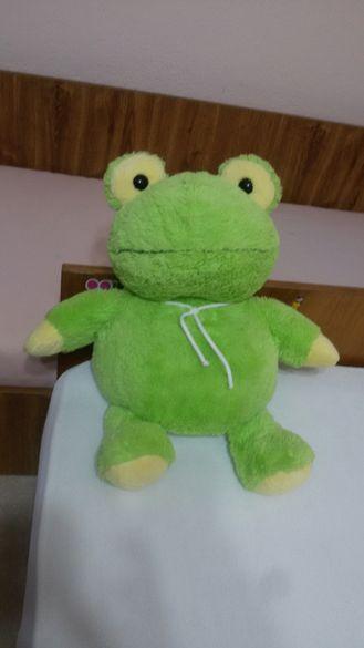 Красива плюшена жабка