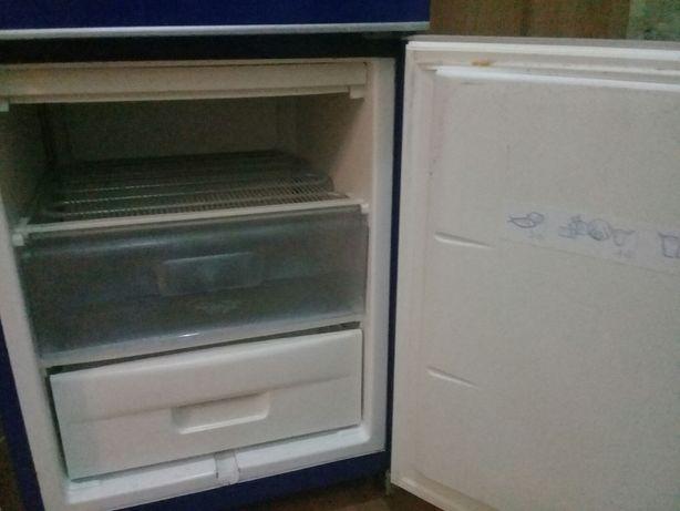 В отличном рабочем состоянии холодильник большой