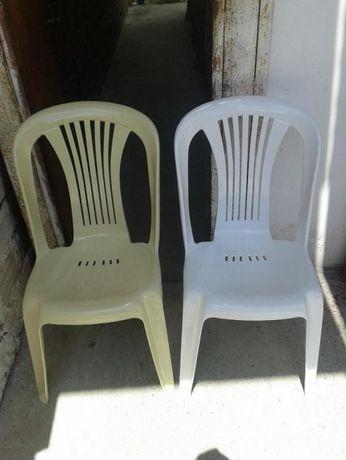 Пластмасови столове без подлакътници.