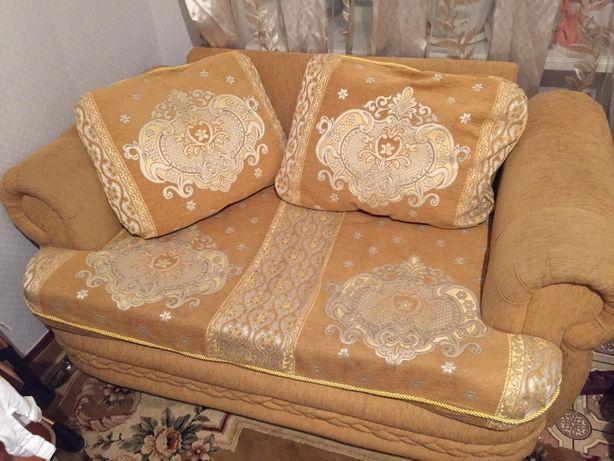 Диван гостиный золотистого цвета