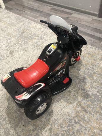 Продам мотоцикл есть зарядка 8000 машинка красная 4500, самокат 3500