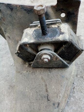 Траверса двигателя мерседес 207-410