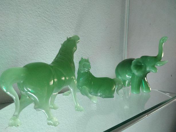 Figurine din sticla verde