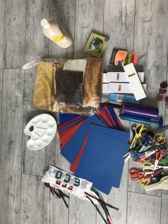 Plansete, palete de culori, foarfece, pompa de umflat baloane, lipici