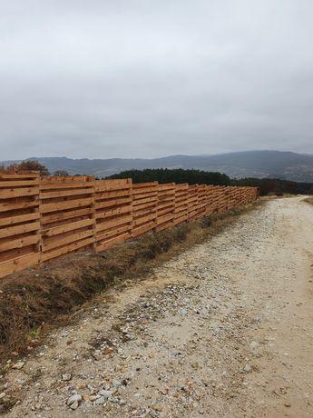 Изграждане на огради с циментови колове и дървени пана