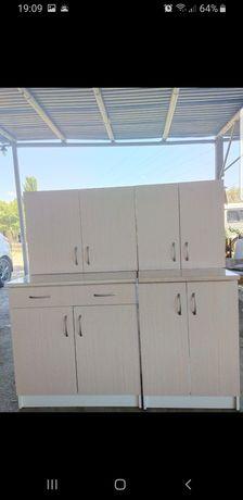 Кухонный гарнитур, стол и стулья