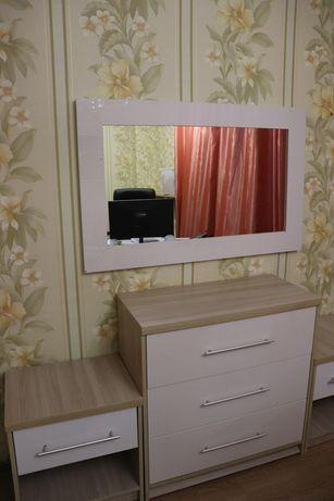 Комод с двумя тумбочками и зеркало