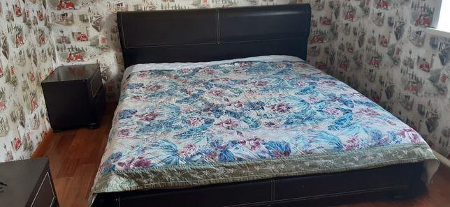 Продам кровать двухспальную с 2 тумбочками и комод.