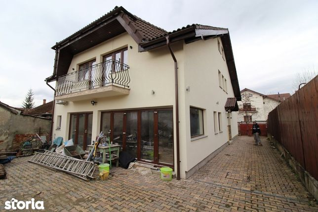 Vând casă P+E+M în Hunedoara, zona Piața Mare cu teren 400 mp