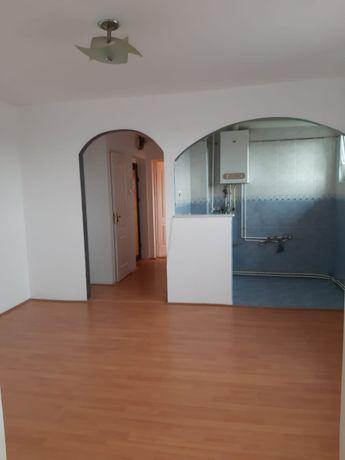 vând apartament cu 3 camere în Reghin