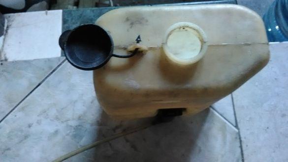 Резервоарче с помпичка