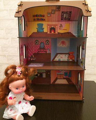 Домик для кукол с цветными обоями