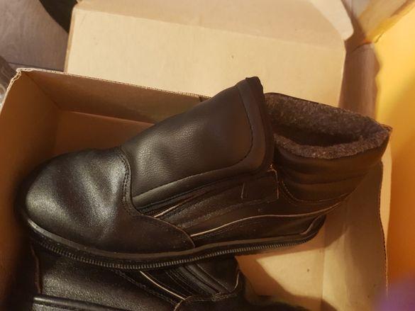 Продава затворени обувки