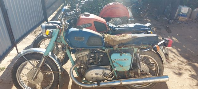 Мотоцикл, один в полном комплекте и один в разобранном виде