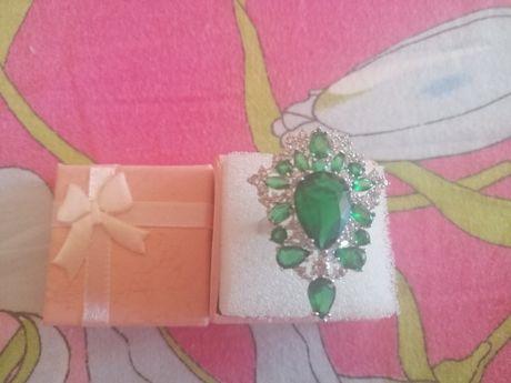 Vând inel dama deosebit, culoare argintiu, cu pietre verzi și albe.