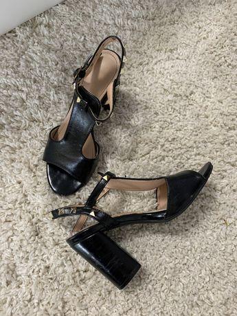 Sandale negre cu toc gros si aplicatii metalice aurii