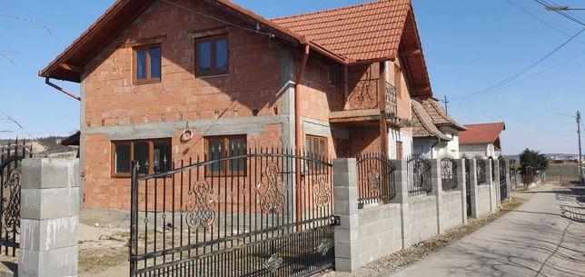 Casa  4 dormitoare 2 bai,2 dressinguri , living, bucătărie,terasa.