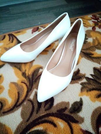 Продаются белые туфли новые ни раз не надетые не подошли по размеру 39