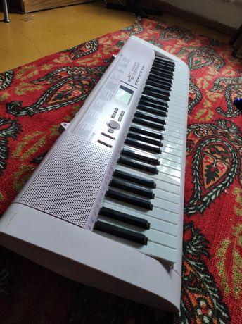 Электронное пианино со светящимися клавишами