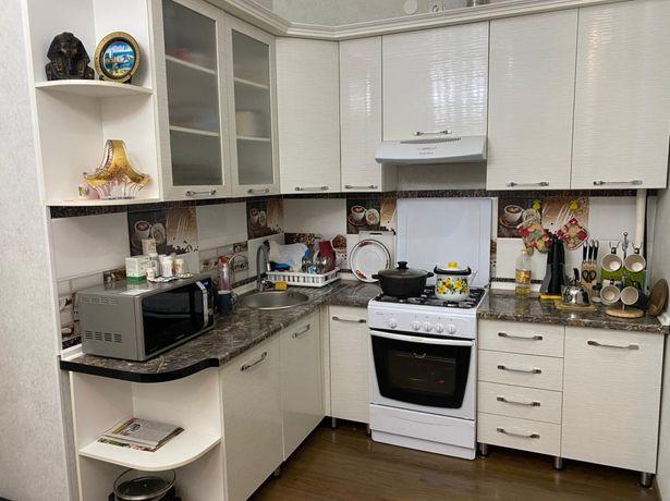 Кухонный гарнитур и газовая плита