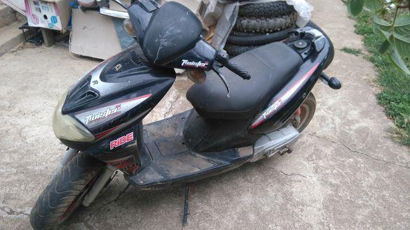 Продавам скутер Tuister evolution III