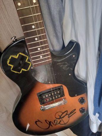 Электронная гитара  бу цена договорная. Я сам не разбираюсь в гитаре