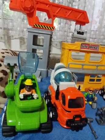 Vand set jucarii: macara, cladire, 3 masinute, 3 muncitori+ accesorii