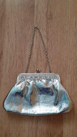 Страхотна дамска чанта, с дръжка-синджир!